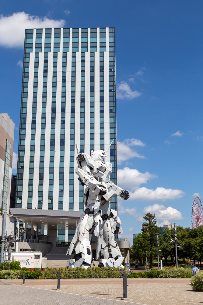 Photograph of the life-size Gundam in Odaiba